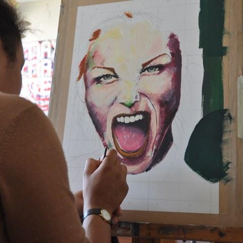 Ausdrucksstarkes Portrait in Arbeit. Vergrösserte Ansicht